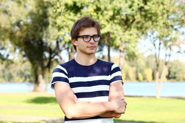 Bell'uomo con gli occhiali