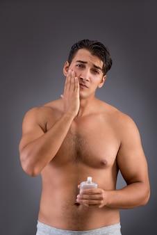 Bell'uomo dopo la doccia del mattino
