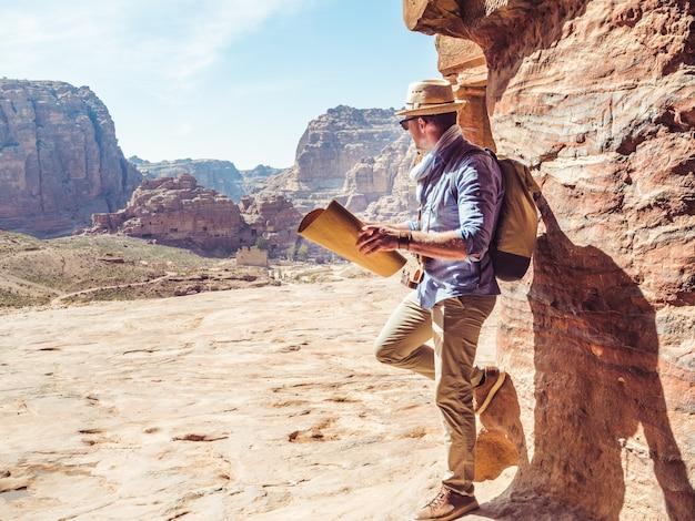 Bell'uomo, esplorando le attrazioni di petra