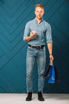 Bell'uomo in abito di jeans