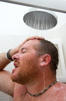 Bell'uomo in doccia