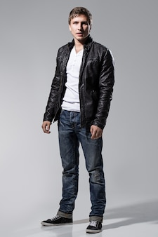 Bell'uomo in giacca di pelle