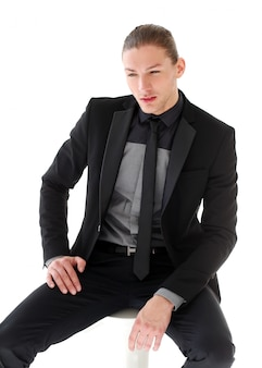 Bell'uomo in giacca e cravatta