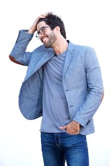 Bell'uomo in giacca sportiva blu in piedi con la mano nei capelli