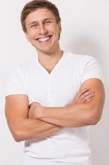 Bell'uomo in maglietta