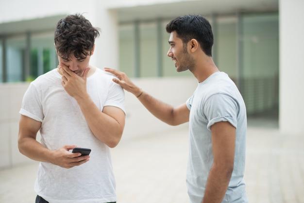 Bell'uomo indiano che sostiene amico sconvolto