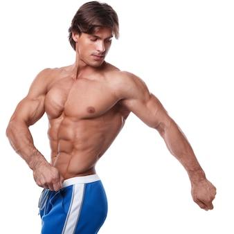 Bell'uomo muscoloso