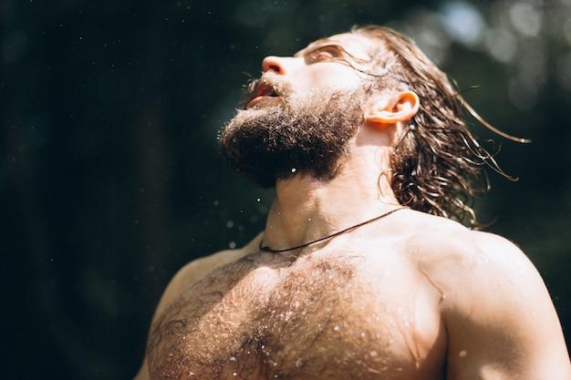 Bell'uomo nella foresta