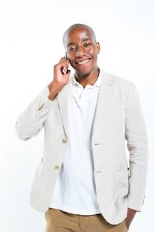 Bell'uomo parlando al telefono