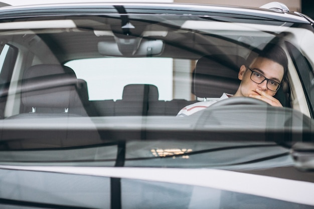 Bell'uomo seduto in macchina