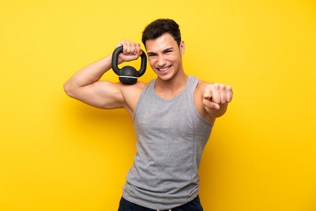 Bell'uomo sportivo con kettlebell