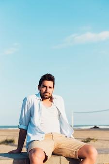 Bell'uomo sulla spiaggia