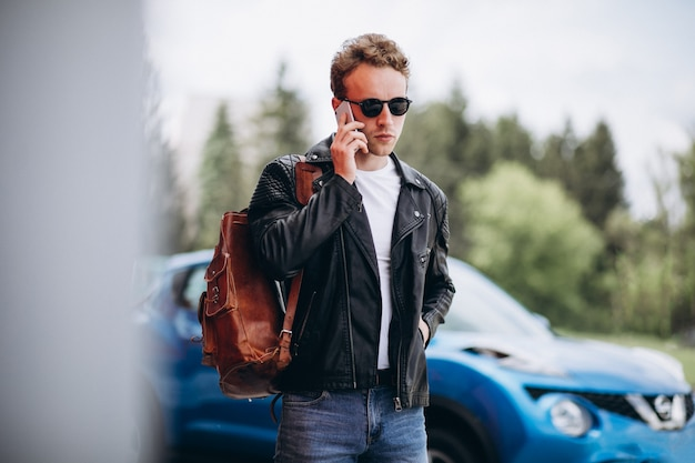 Bell'uomo usando il telefono in auto