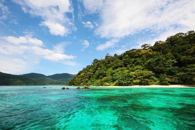 Bella acqua di mare turchese in paradiso