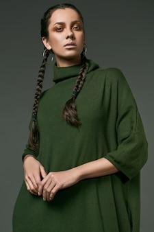 Bella affascinante ragazza ispanica in abito lungo verde