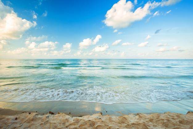 Bella alba del primo mattino e onda del mare