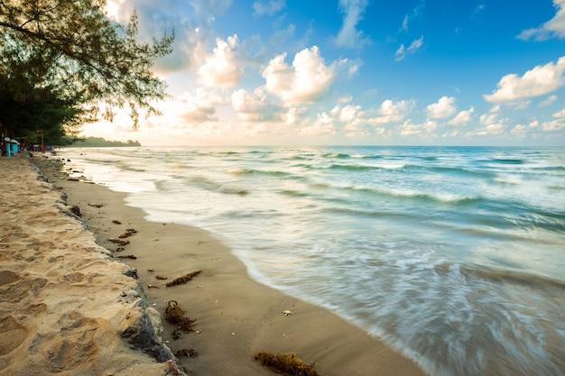 Bella alba di primo mattino sopra coconut tree con il mare