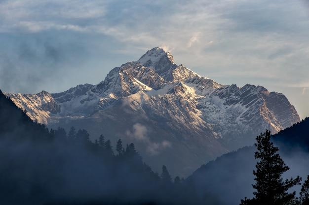 Bella alba nuvolosa nelle montagne con la cresta della neve, sichuan, cina