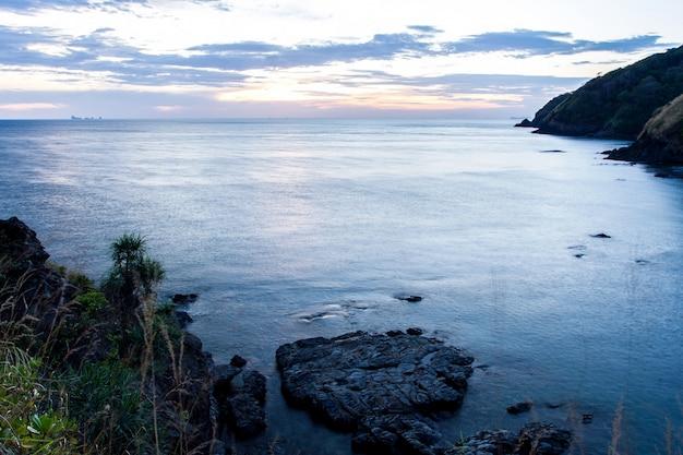 Bella alba sopra la spiaggia tropicale, mare delle andamane, koh lanta, krabi, tailandia