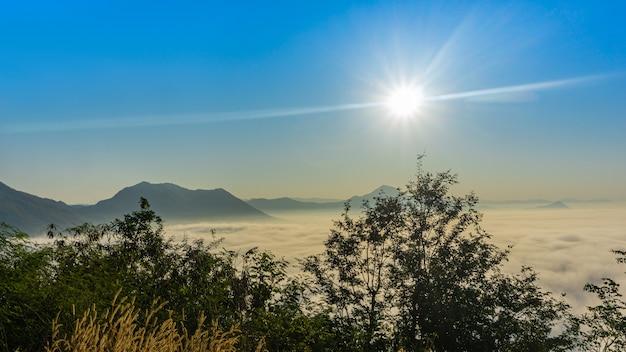 Bella alba sul mattino con nebbia sulla montagna.