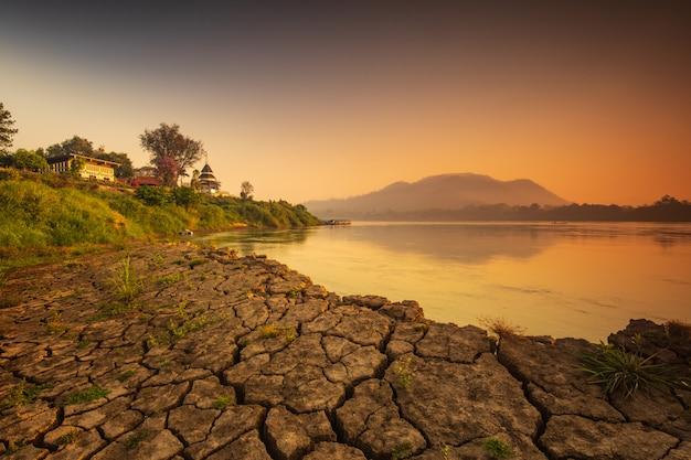 Bella alba sul mekong a chiang khan, confine della tailandia e del laos, provincia di loei, tailandia.
