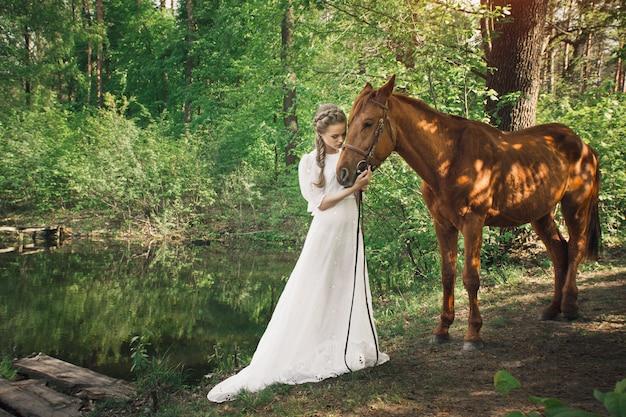 Bella amicizia tra donna e cavallo
