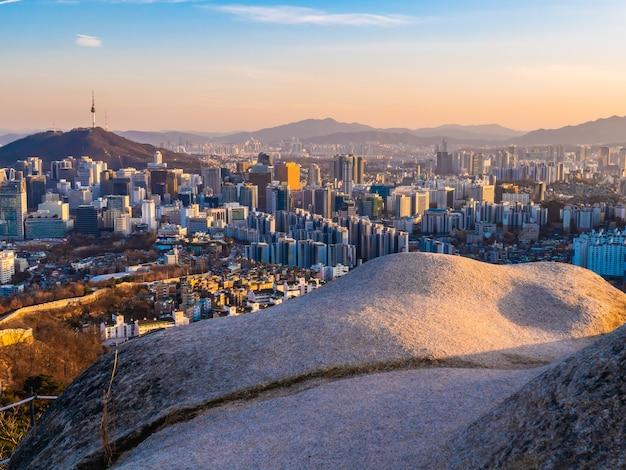 Bella architettura che costruisce paesaggio urbano nella città di seoul