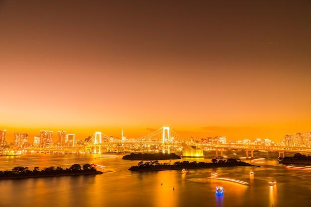 Bella architettura che sviluppa paesaggio urbano della città di tokyo con il ponte dell'arcobaleno