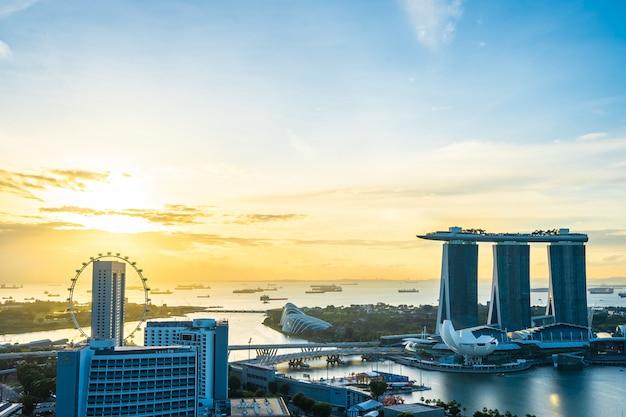 Bella architettura che sviluppa paesaggio urbano esteriore nell'orizzonte della città di singapore