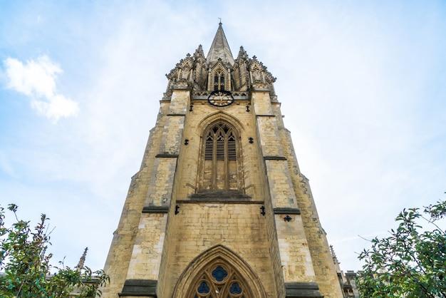Bella architettura presso l'università chiesa di santa maria vergine a oxford, regno unito