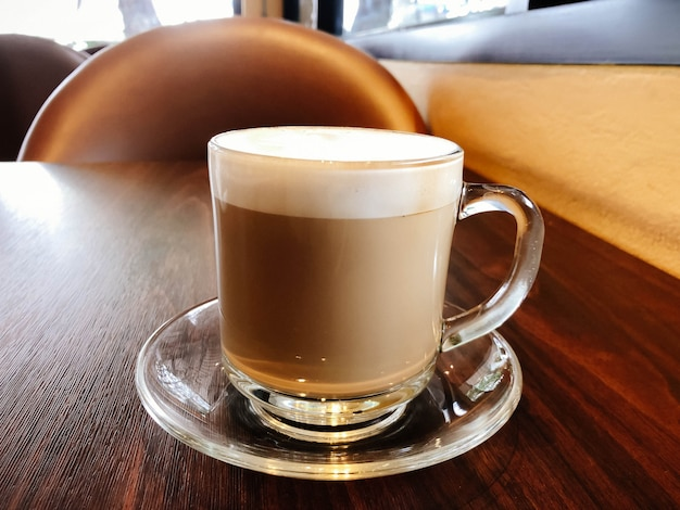 Bella arte latte con una tazza di caffè calda