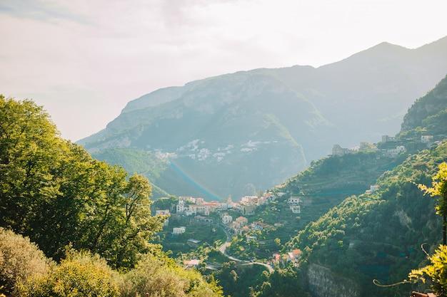 Bella baia accogliente con barche e acqua turchese chiaro in italia