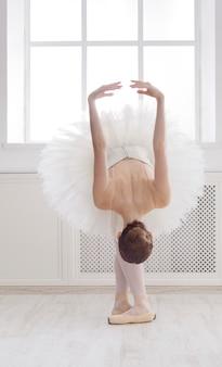 Bella ballerina balla in posizione di balletto
