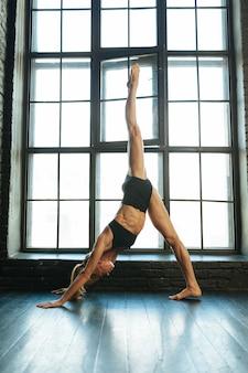 Bella ballerina bionda atletica e sportiva con bella