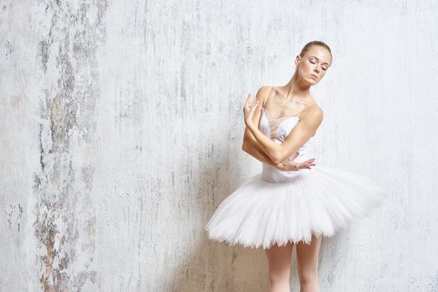 Bella ballerina in posa in uno studio