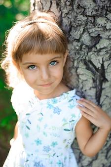 Bella bambina all'aperto. un'infanzia felice.