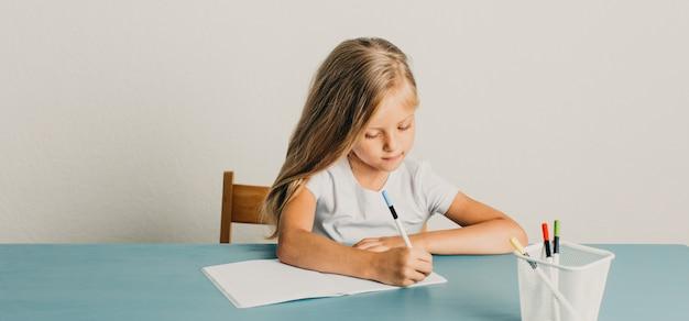 Bella bambina bionda in una scrittura bianca della maglietta