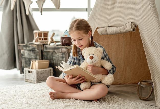 Bella bambina con libro di carta