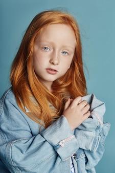 Bella bambina dai capelli rossi con i capelli lunghi