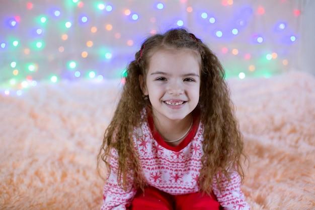Bella bambina in pigiama di capodanno.