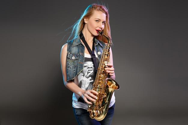 Bella bionda come donna sassofonista