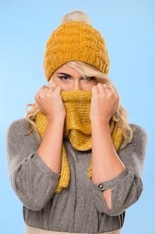 Bella bionda in cappello e sciarpa