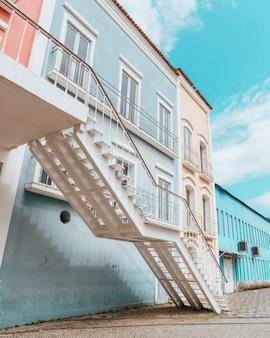Bella brillante architettura colorata di una città costiera