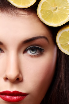 Bella brunnete con limoni nella sua acconciatura