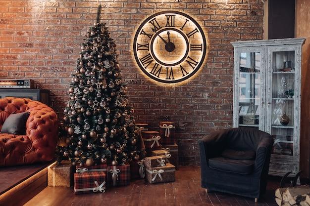 Bella camera con albero di natale e grande orologio