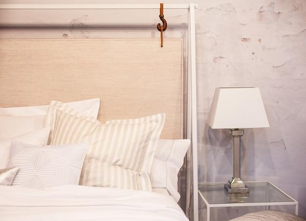 Bella camera da letto pulita e moderna