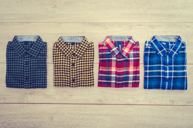 Bella camicia di modo degli uomini
