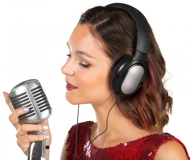 Bella cantante femminile che canta una canzone