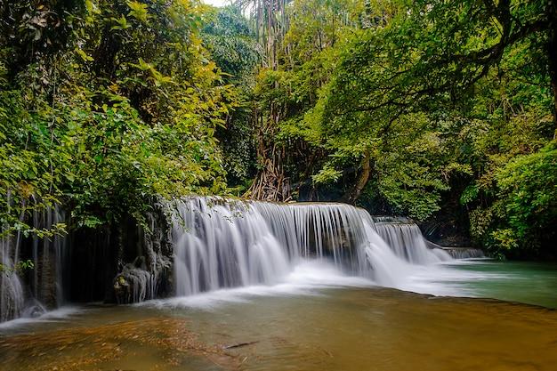 Bella cascata del 2o piano della cascata di huai-mae-kha-min nel parco nazionale di kanchanaburi tailandia