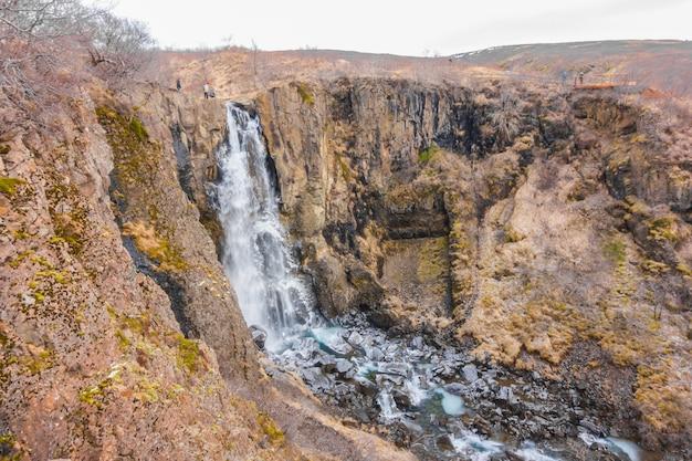 Bella cascata famosa in islanda, stagione invernale.